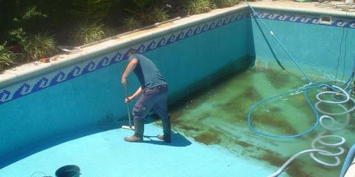 limpieza de piscina sucia